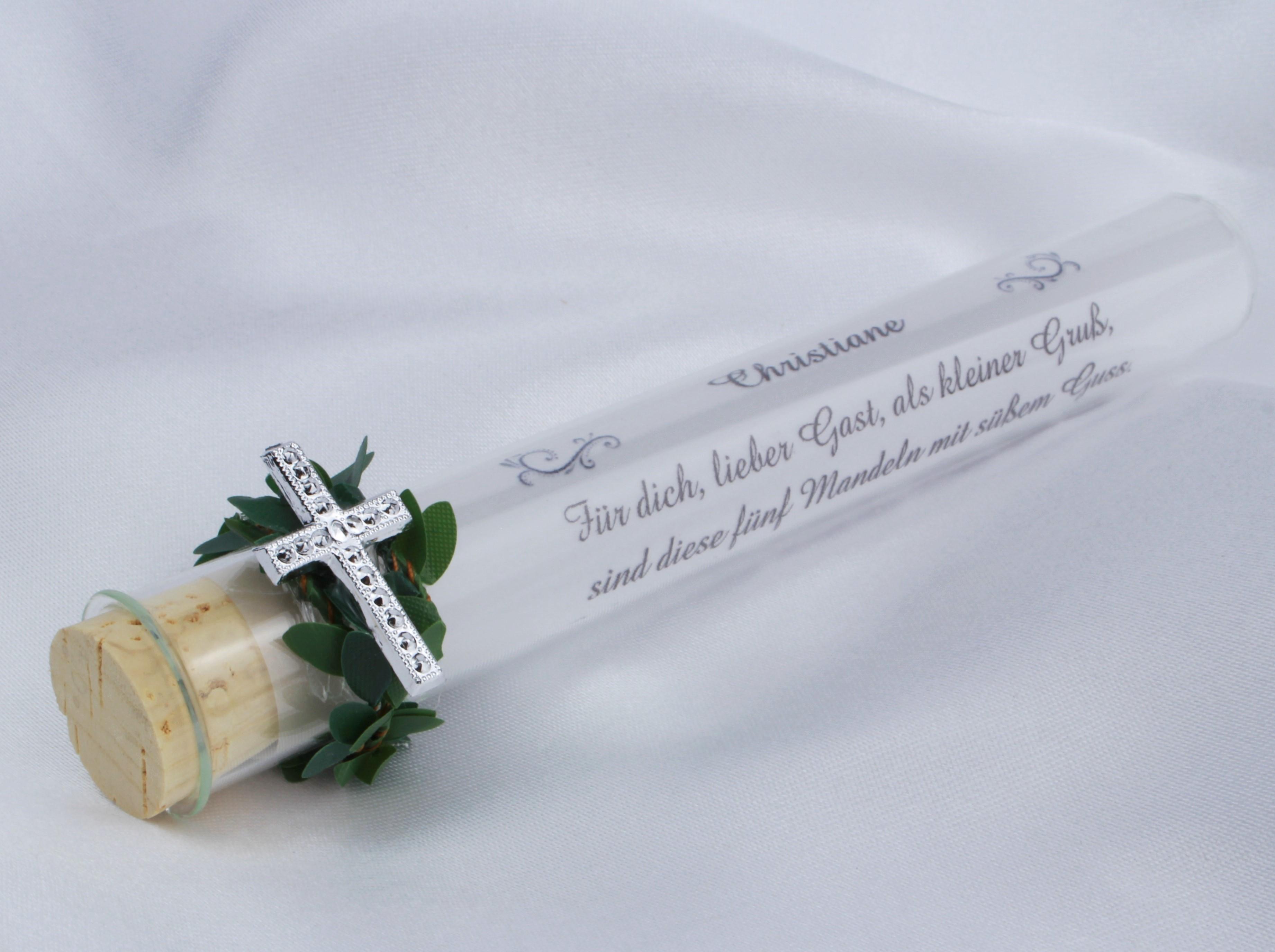 Gastgeschenk oder giveaway mit einem Kreuz, Buchs und Mandeln - zur Kommunion und Konfirmation