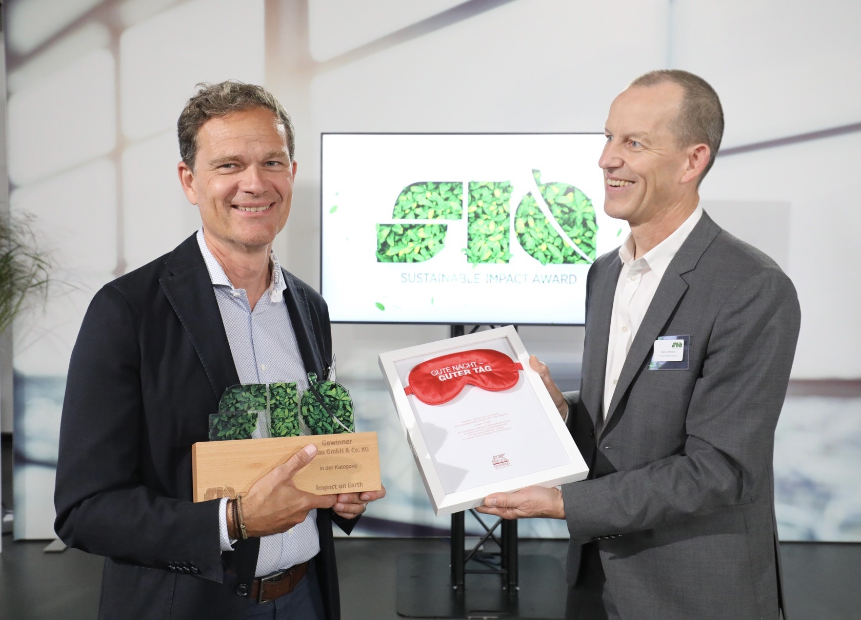 Michael Hetzer, Stifter der elobau-Stiftung, nimmt den SIA-Award entgegen.