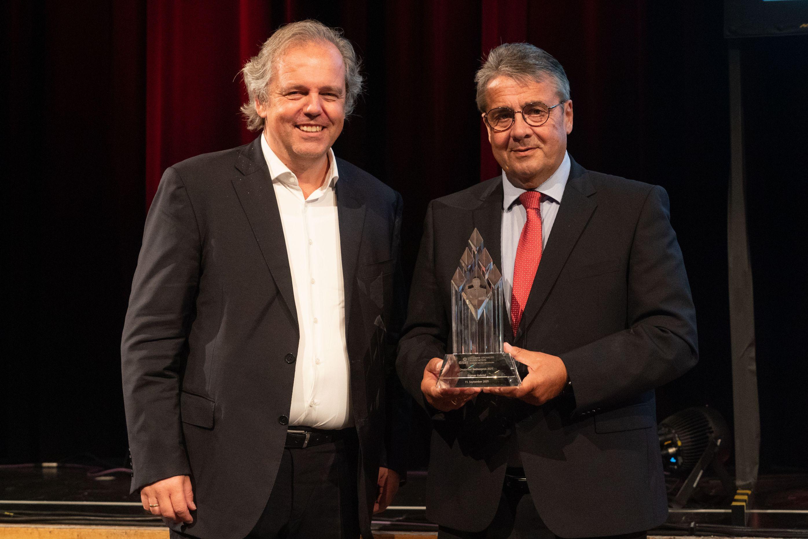 GSA-Präsident Prof. Dr. Volker Römermann überreicht Deutschen Rednerpreis 2021 an Sigmar Gabriel.